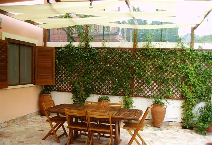 giardino laterale con zona pranzo